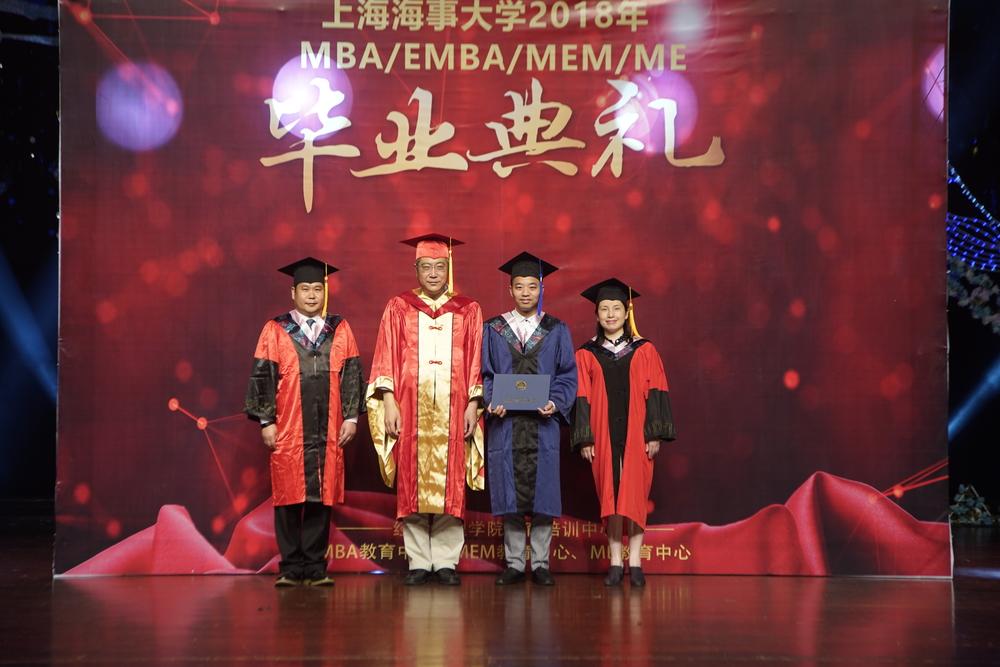 杨万枫副校长为毕业生颁发学位证书