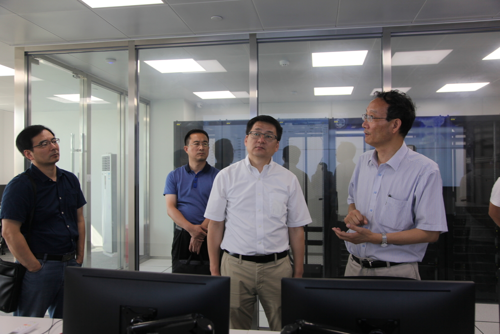 李扬院长一行参观我校跨境供应链风险大数据分析实验室