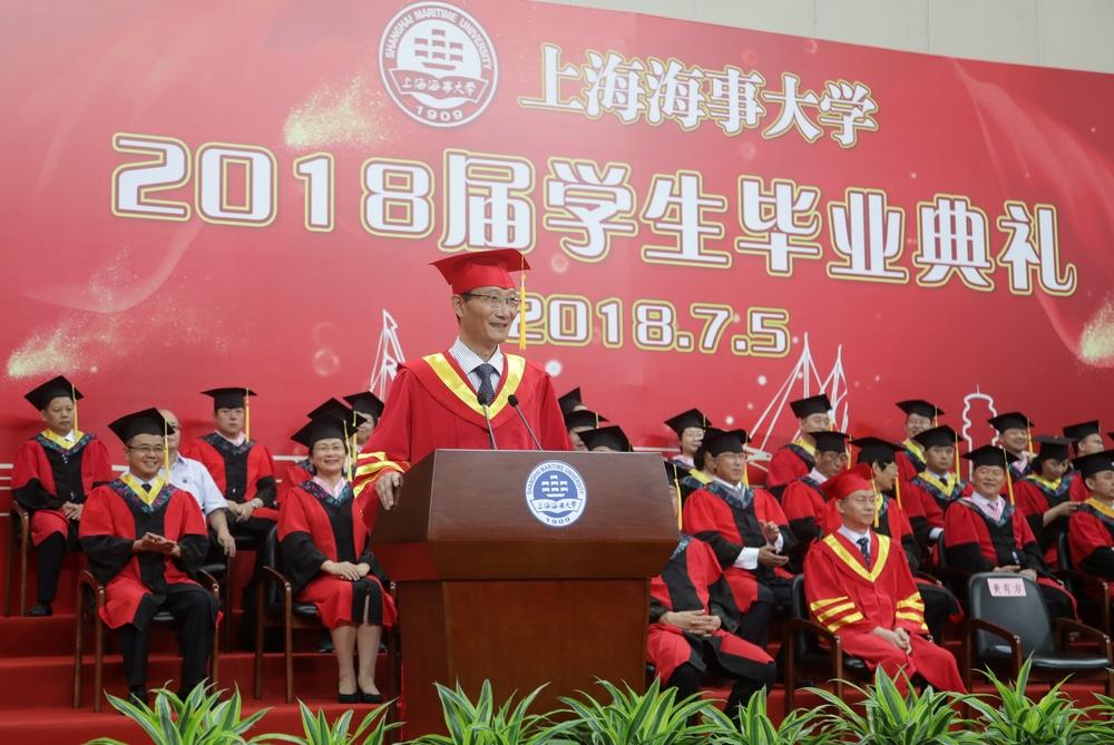 黄有方校长在毕业典礼上作演讲