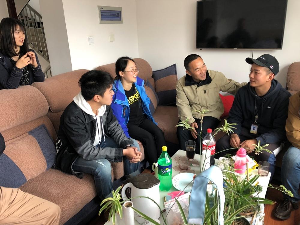 王海威到我校西藏基层就业毕业生宿舍了解日常生活