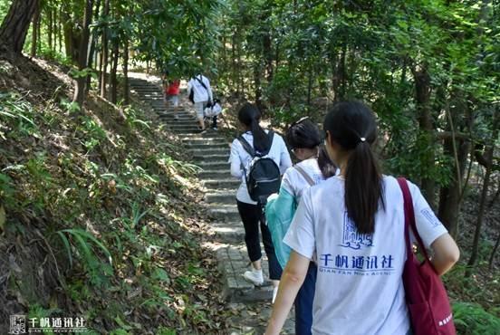 队员在重庆邮电大学党委宣传部有关同志的协助下上山寻墓