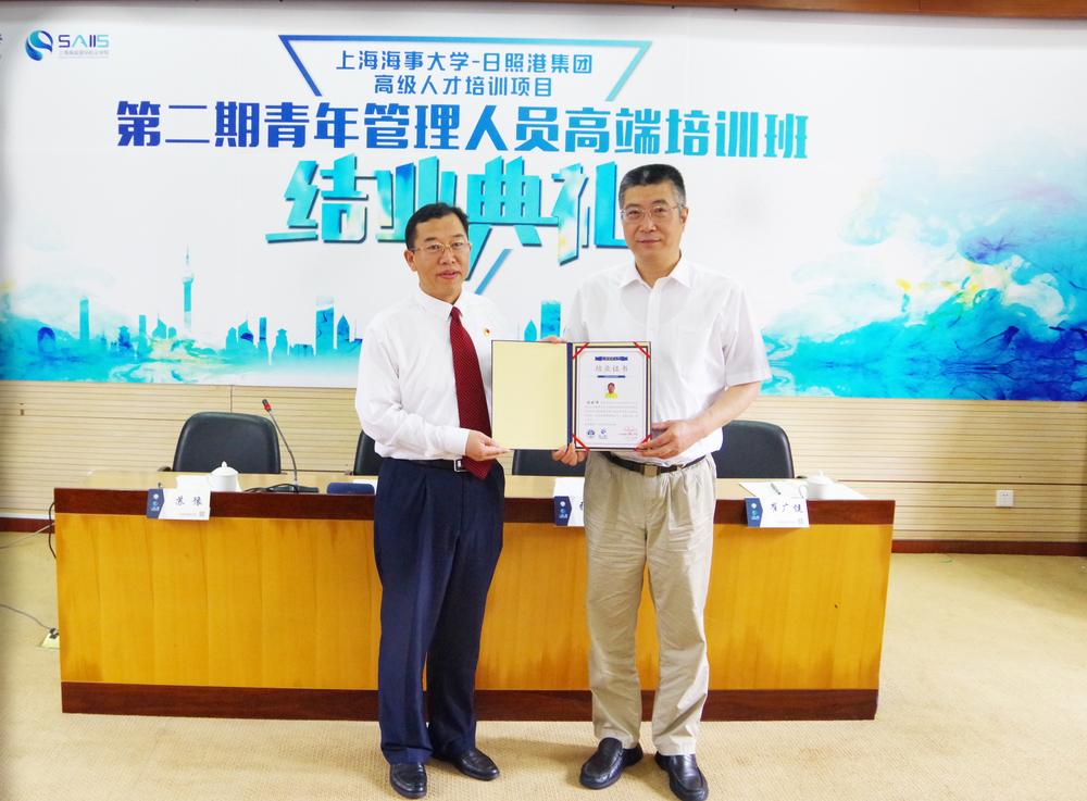 杨万枫副校长为学员颁发结业证书