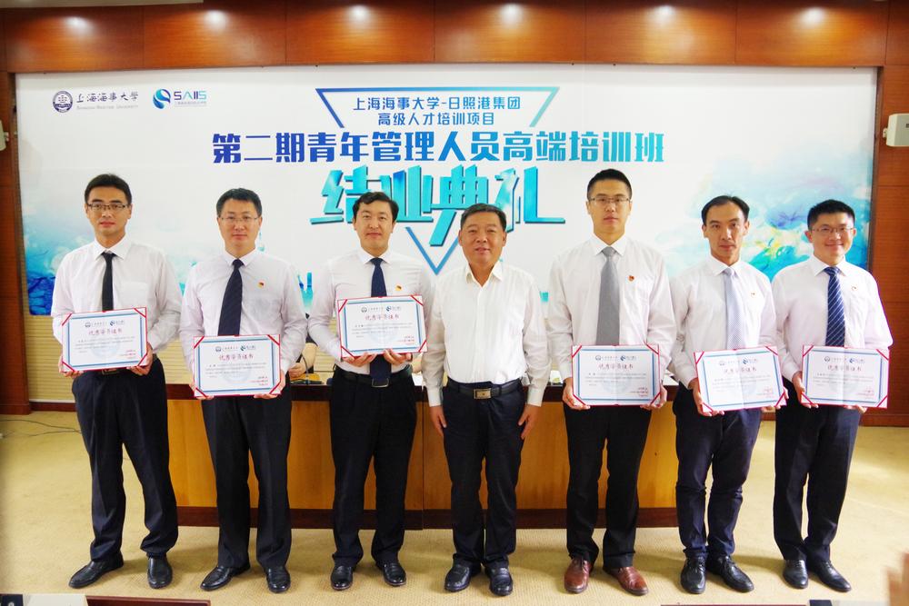 张茂宗副书记颁发优秀学员证书