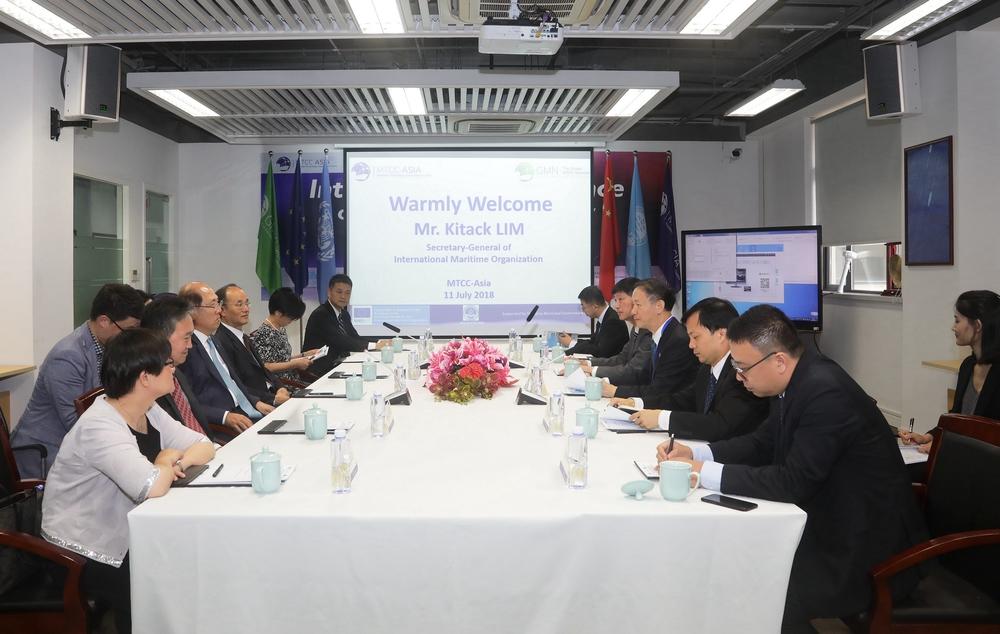 与会嘉宾听取亚洲海事技术合作中心工作汇报