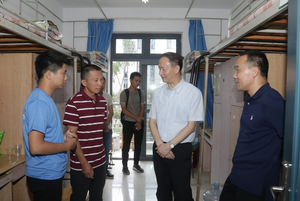 金永兴书记、王海威副校长慰问新生及家长