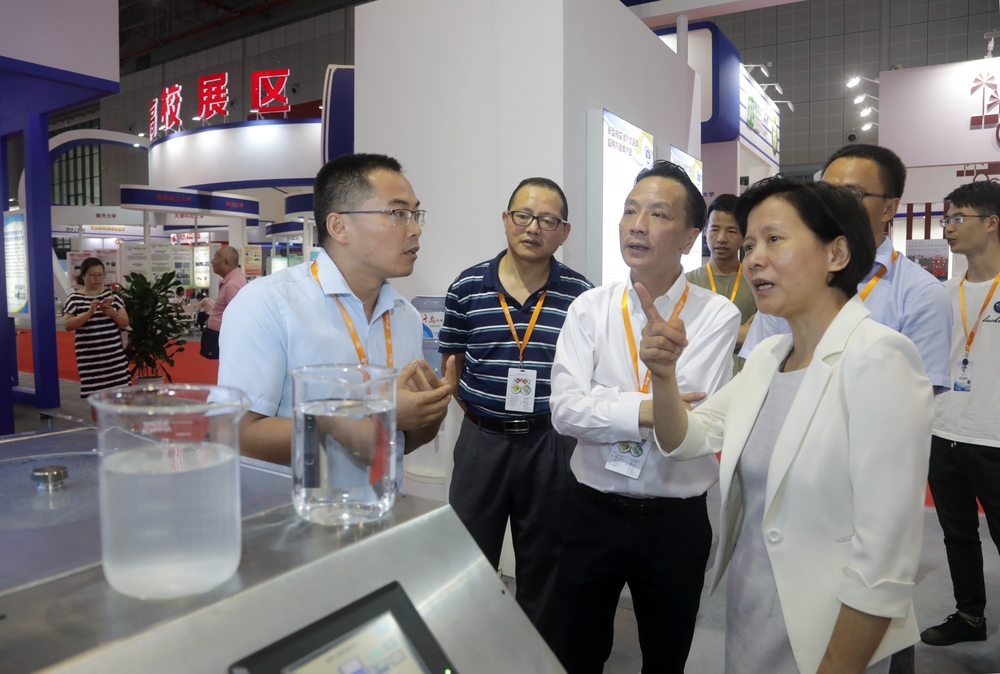 上海市教卫工作党委书记虞丽娟参观我校展区