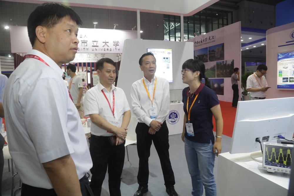 教育部科技发展中心主任罗方述、副主任刘红斌参观我校展区