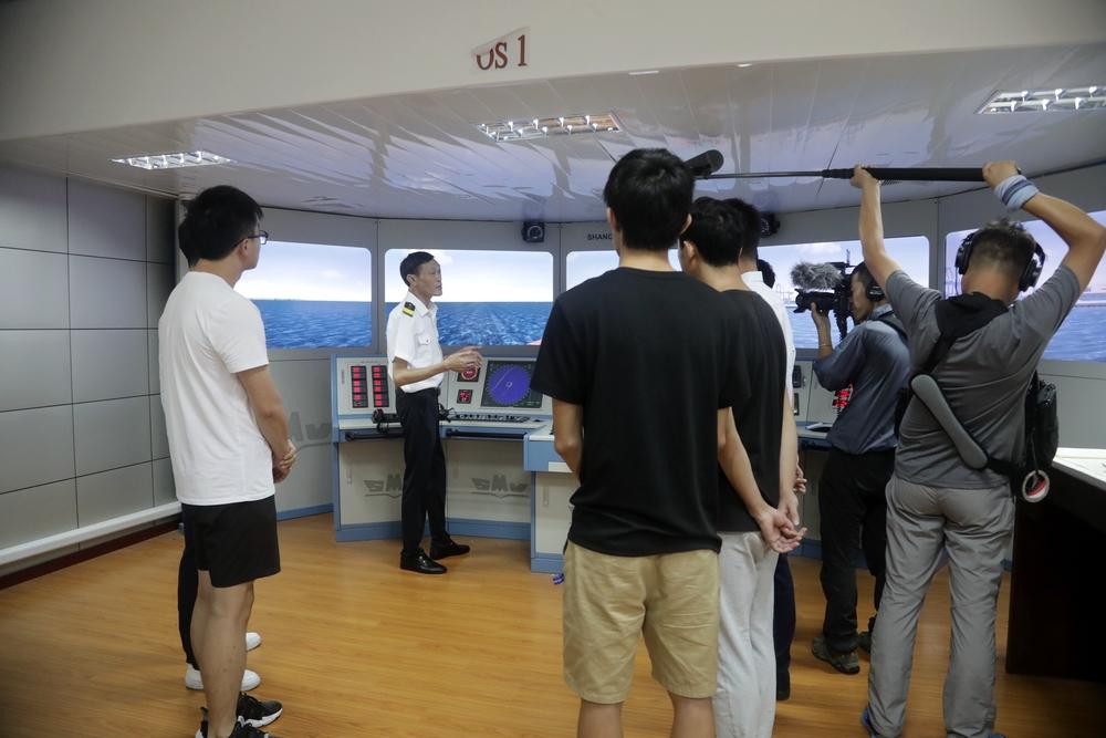 商船学院船艺教研室主任杲庆林船长接受采访