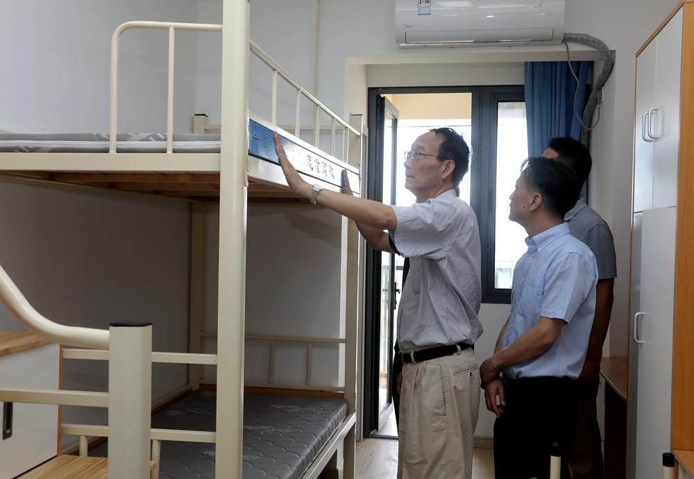 黄有方校长、严伟副校长在新竣工的研究生宿舍楼了解新生住宿情况