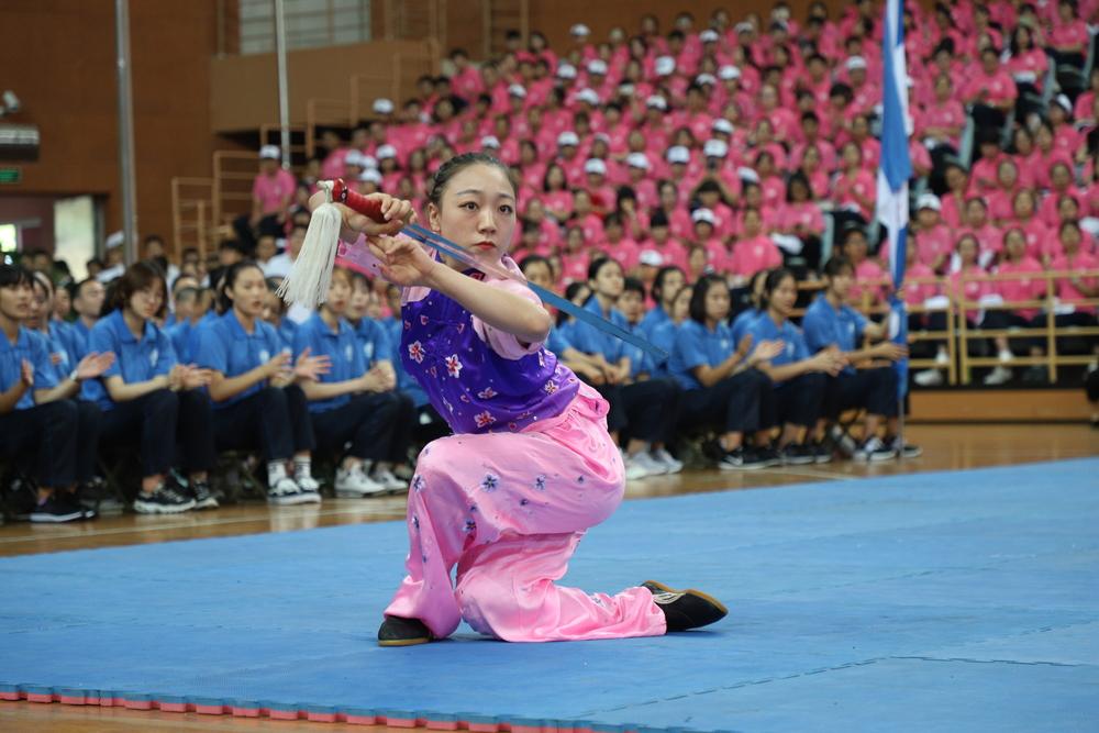 获第18届亚运会武术女子剑术枪术全能比赛金牌的郭梦娇同学为新生表演剑术