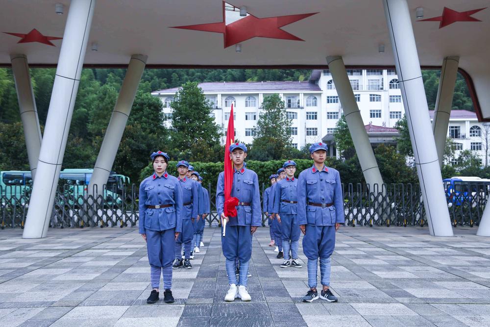 海大学生在基地进行升旗仪式