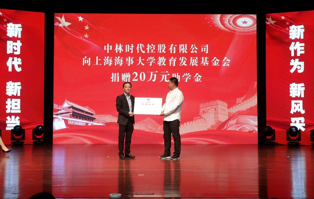 严伟副校长向柳凤柱副总经理颁发捐赠鸣谢证书