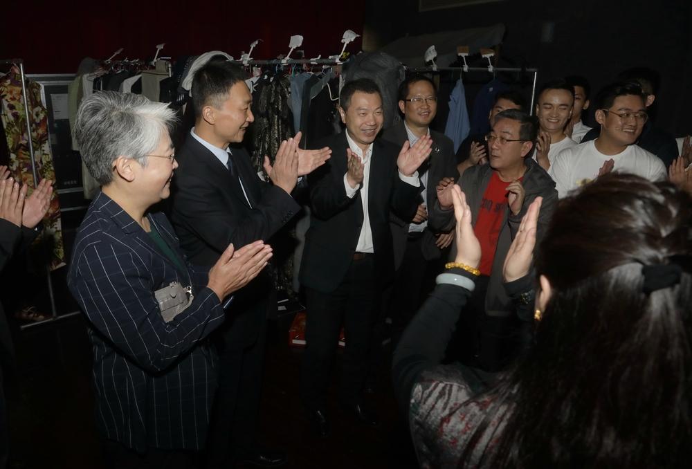 演出结束领导到后台慰问演职人员并祝贺演出成功
