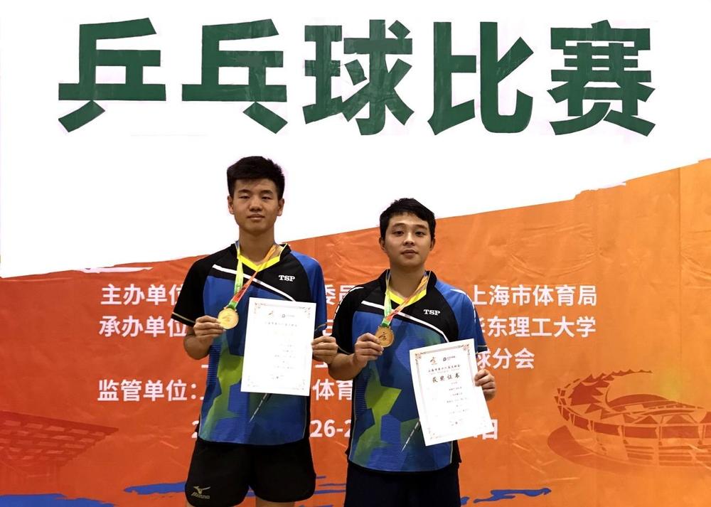 男双冠军:张轩语(左)和梁振宇(右)