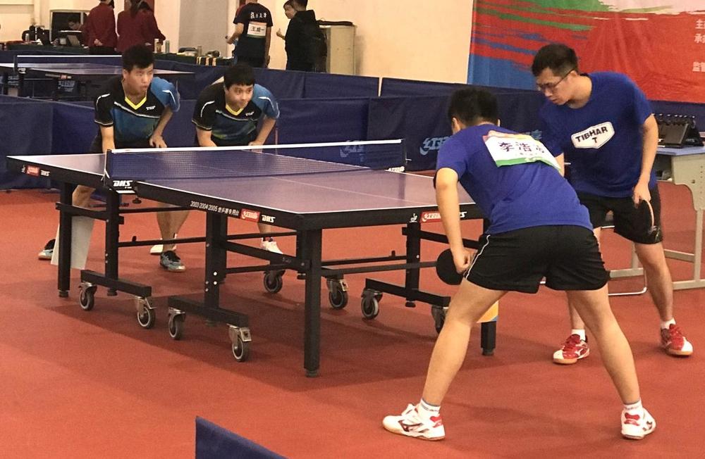 男双张轩语(左)和梁振宇(右)在比赛中