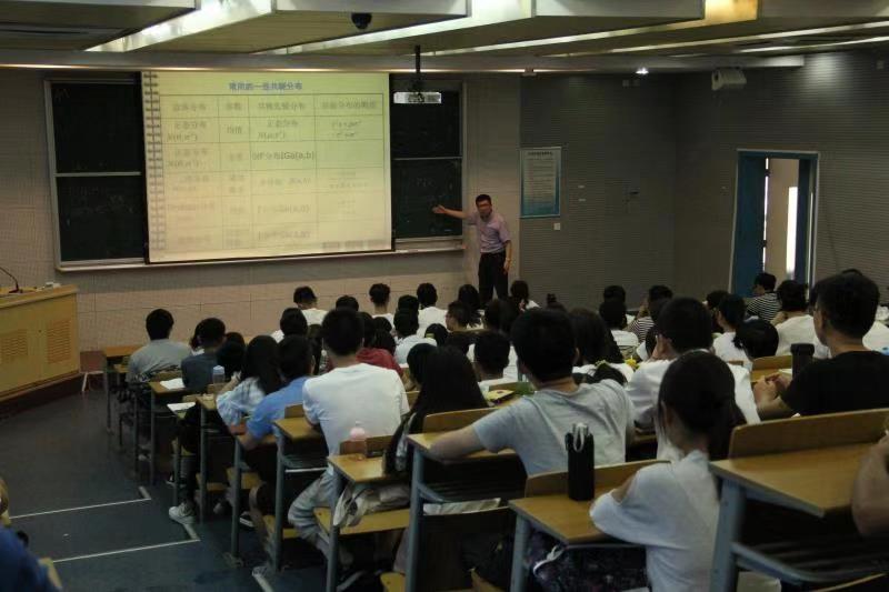 数学建模指导老师进行赛前培训