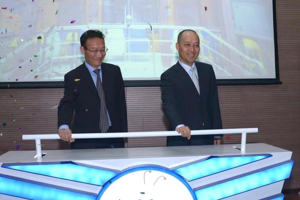 """黄有方校长与林顺辉行长共同为""""金蜜蜂""""高校e银行的正式启动推杆"""