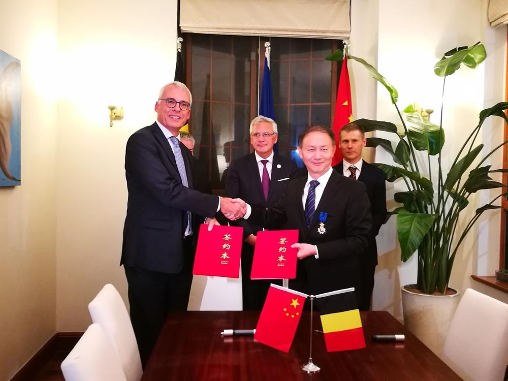 在克里斯·佩特斯副首相等见证下签署合作协议