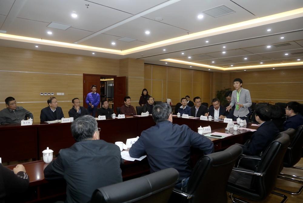 我校科技创业学生代表石中伟在座谈会上介绍公司经营状况
