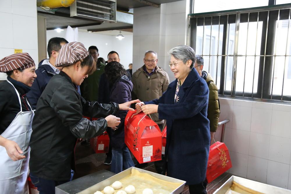 门妍萍副书记慰问后勤中心工会员工
