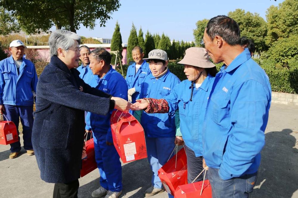 门妍萍副书记慰问产业联合工会员工