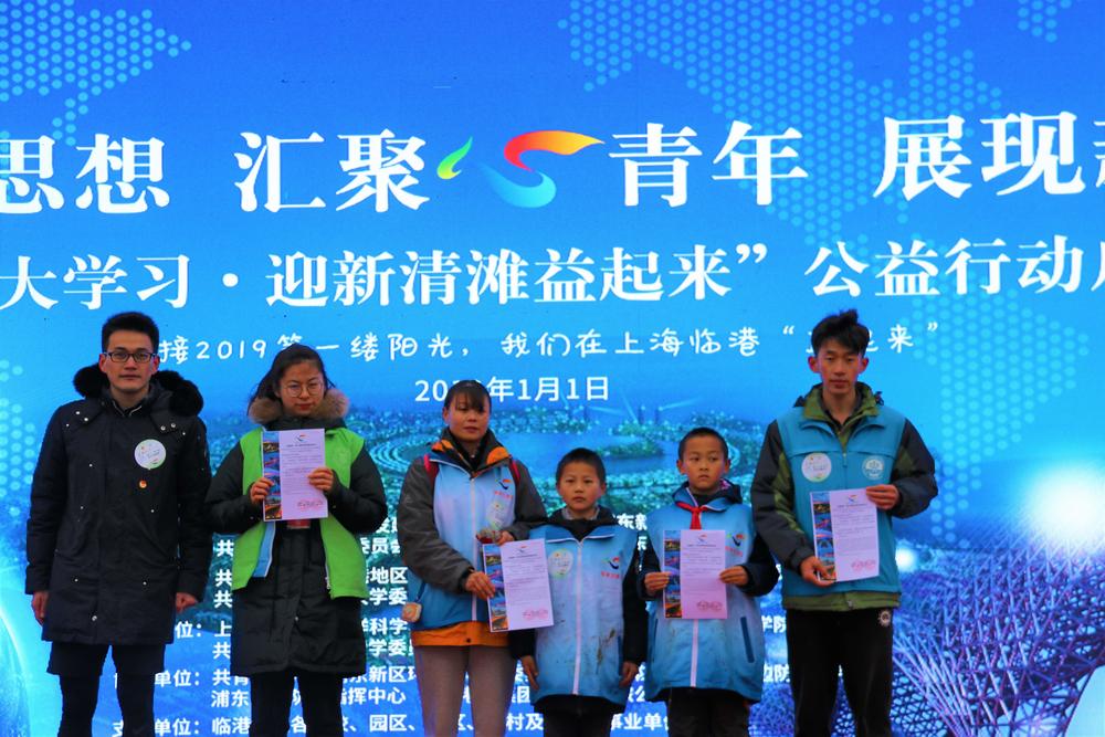 南汇新城镇团委书记朱峰为志愿者代表颁发证书