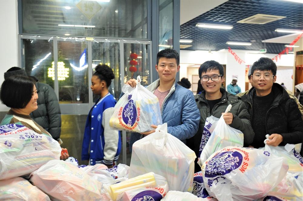留校学生领取春节慰问食品