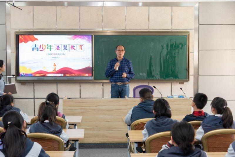 相雷老师给孩子们上法制宣传课