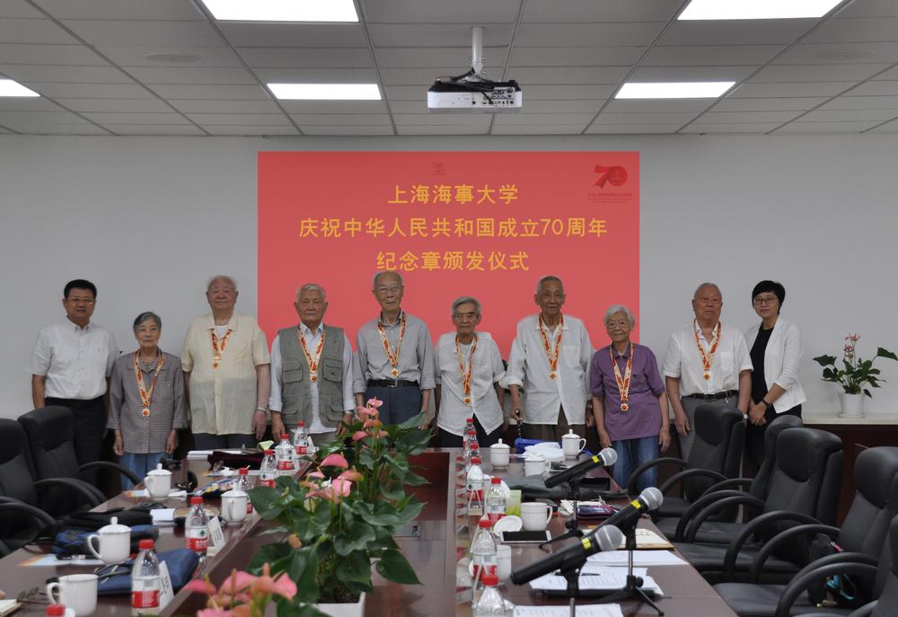校领导向离休老同志代表颁发奖章