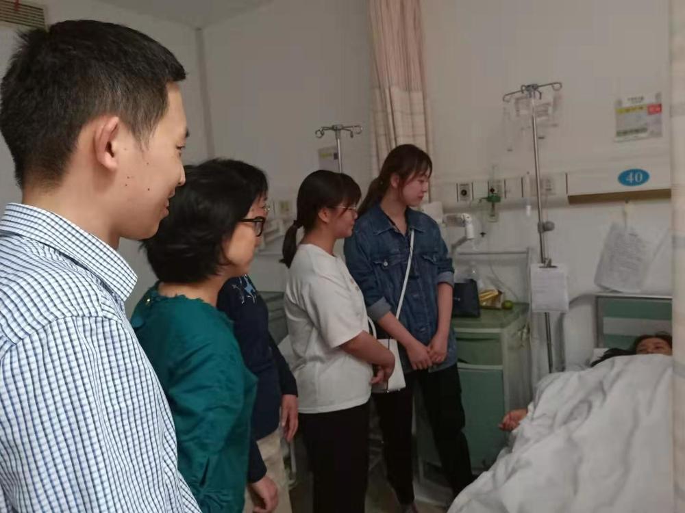 悉心关照住院维吾尔族学生
