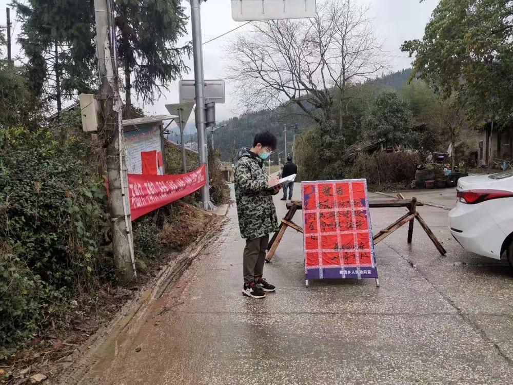 国航181班曾智瑾作为志愿者正在整理往返车辆的登记信息