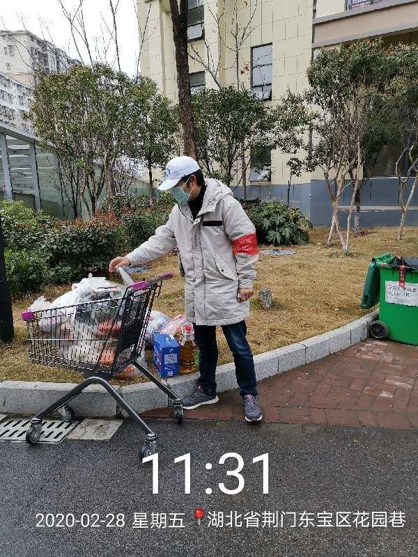 交通运输安全与环境工程17级李海波为小区居民采购生活物资