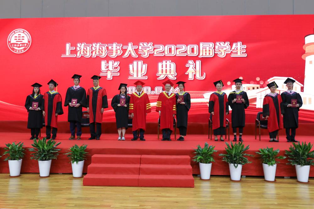 校领导为毕业生拨穗、颁发毕业证书
