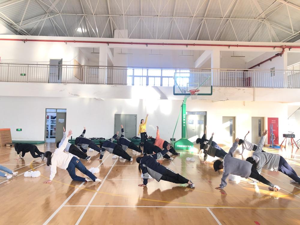 体育部党员教师郑茜指导临港实验中学学生啦啦操