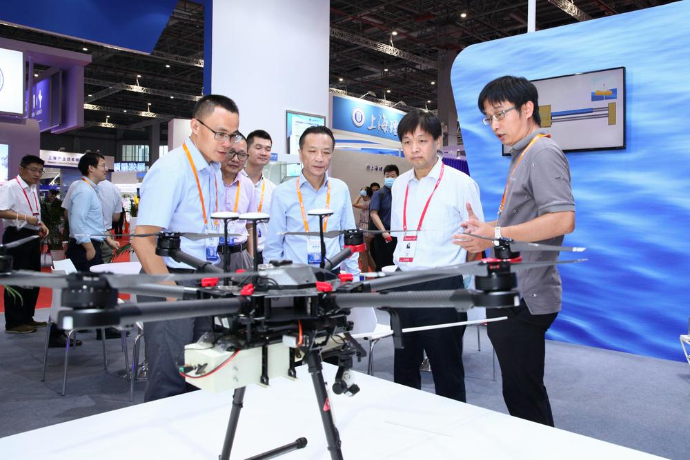教育部科技发展中心副主任刘红斌参观我校展台