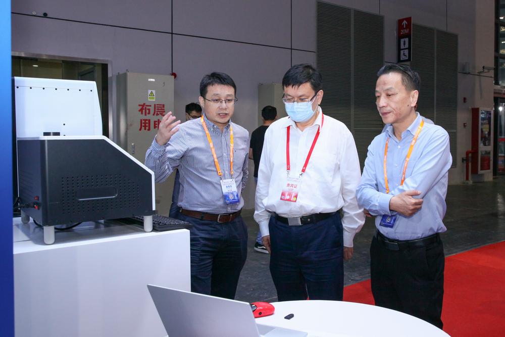 上海市教委王平主任听取严伟副校长介绍参展情况