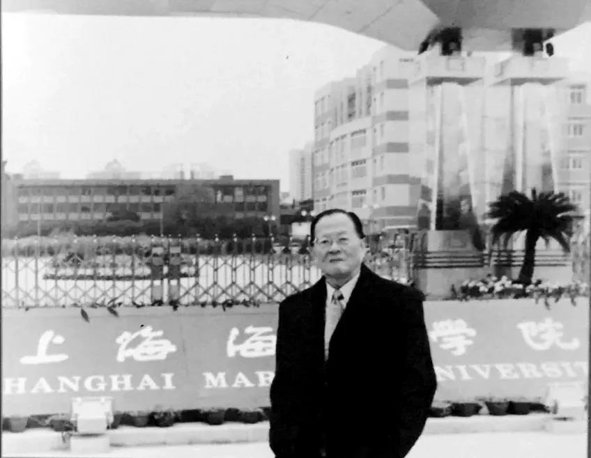 高文彬教授在上海海运学院(现上海海事大学)校门前