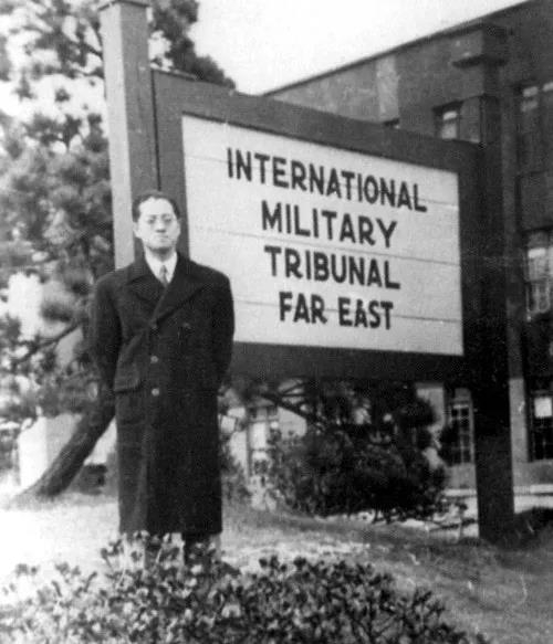 在远东国际军事法庭标牌前