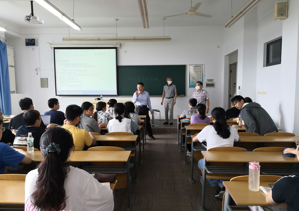 陆靖校长走进课堂与学生亲切交流