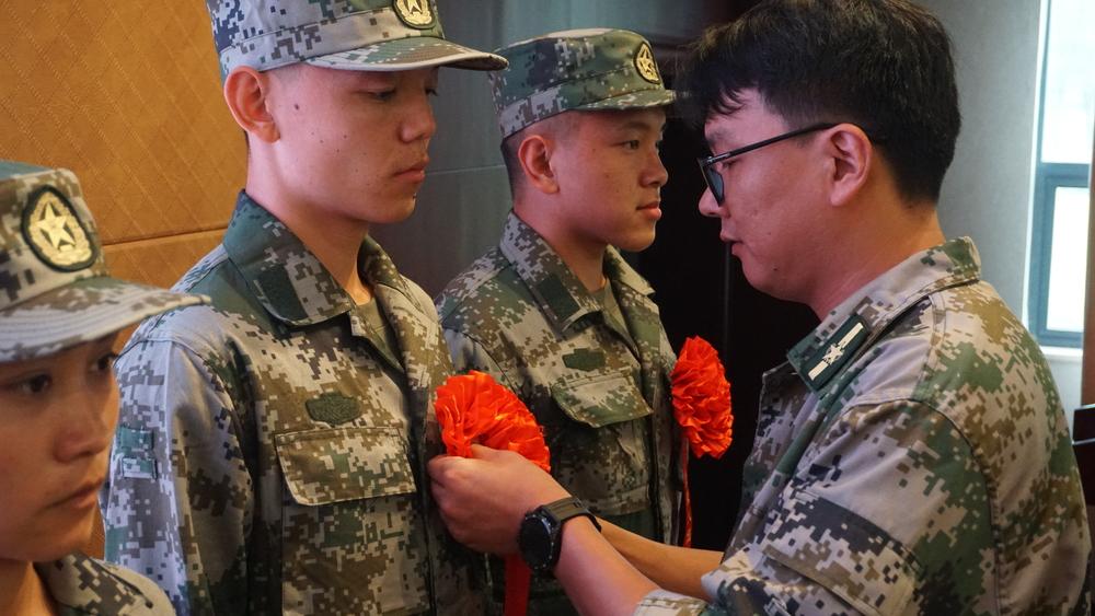 为即将入伍学生佩戴大红花