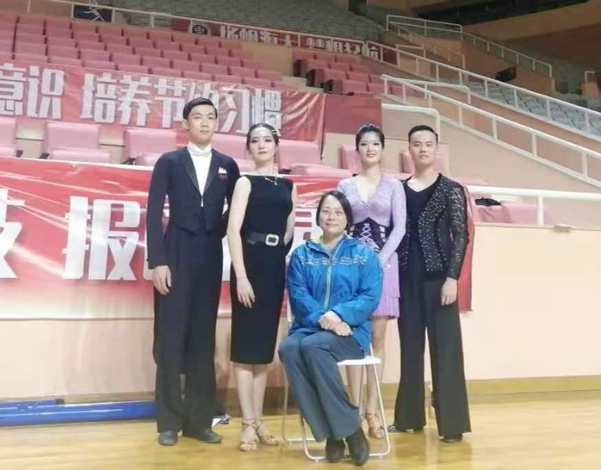 参赛队员与教练合影