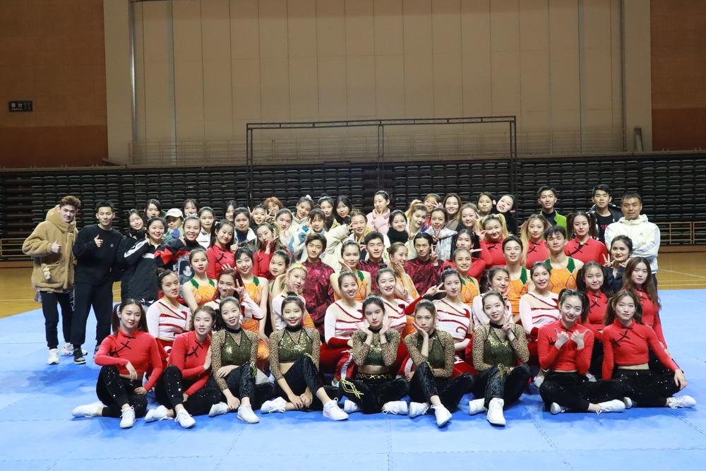 李晋、郑茜老师与全体参赛队员合影