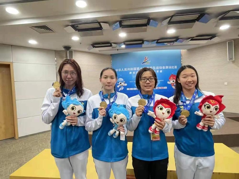 杨冰彦(左二)获奖