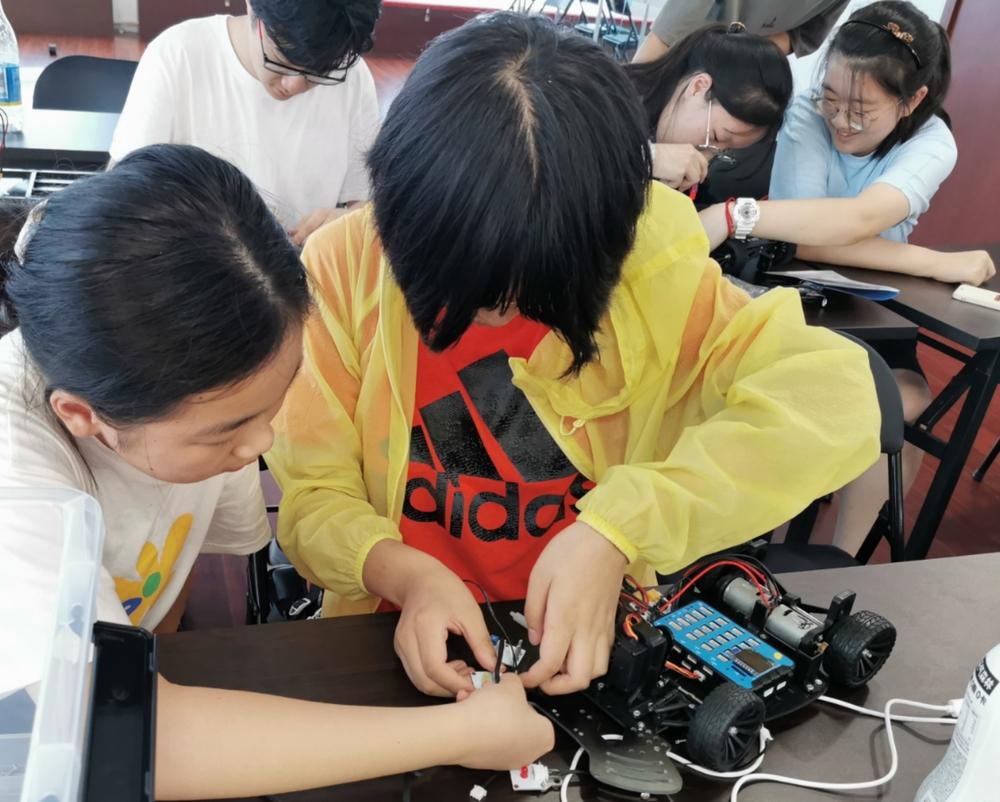 初中生学习安装智能车传感器