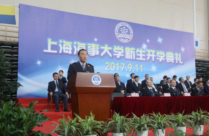 王海威副校长主持开学典礼