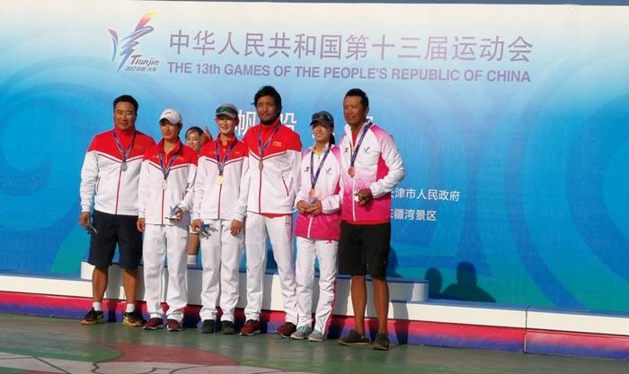我校学生袁茹蓓(中)、张东霜(左)、李懿昕(右),与她们的教练在领奖台上