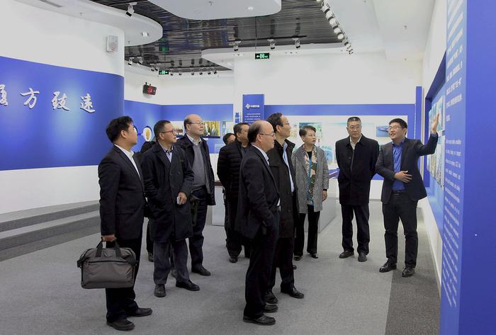 参观中国交建企业展厅