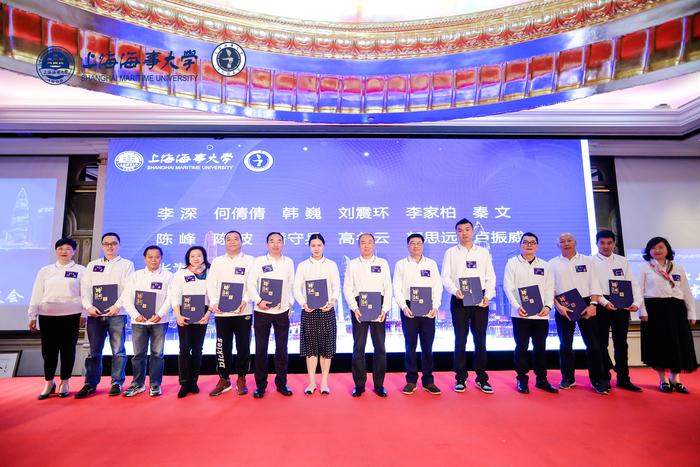 李新偉主任、曹紅奮書記向深圳校友會第二屆理事會、監事會成員頒發聘書