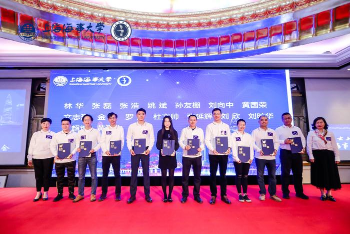李新偉主任、曹紅奮書記向深圳校友會第二屆理事會成員頒發聘書