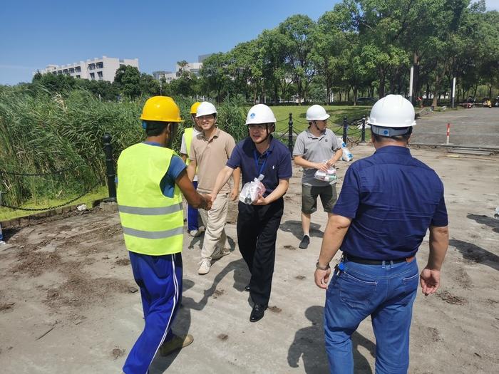 看望图书馆及河道防腐木维修改造工程一线建设者